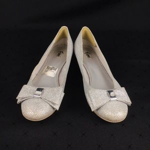 FIOMI Silver Sparkly Bow Round Toe Shoes Size 7